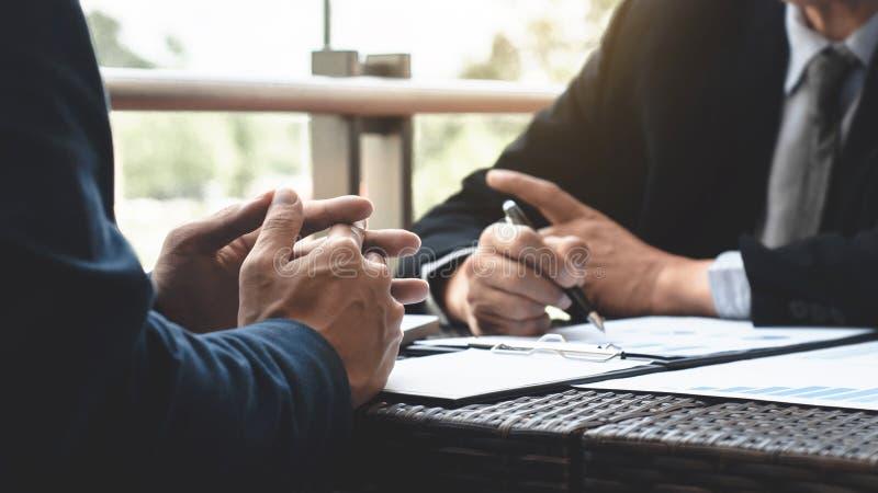 商业主管会议在一个现代室外工作场所的销售业绩 库存照片