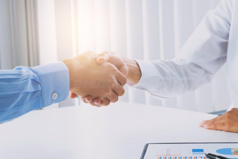 商业主管在候选会议地点的ceo握手 免版税库存照片