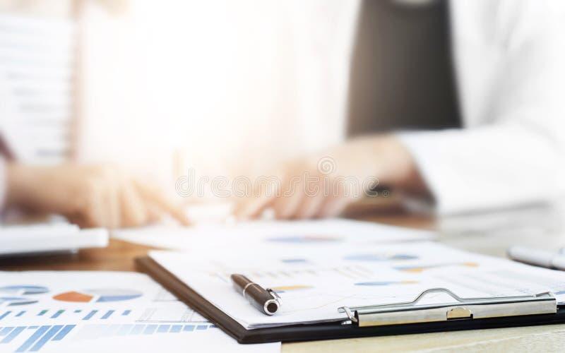 商业主管谈论在数据与文件,选择聚焦 免版税库存照片