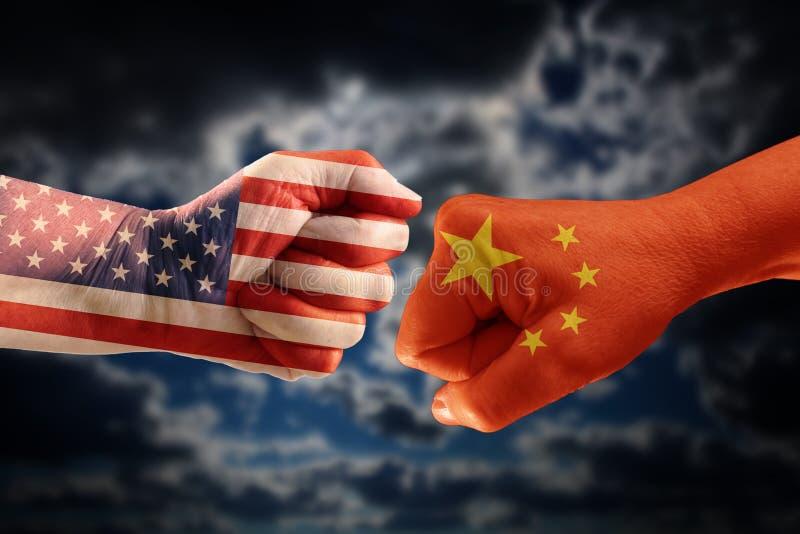 商业冲突、拳头有美国的旗子的和中国反对ea 库存图片