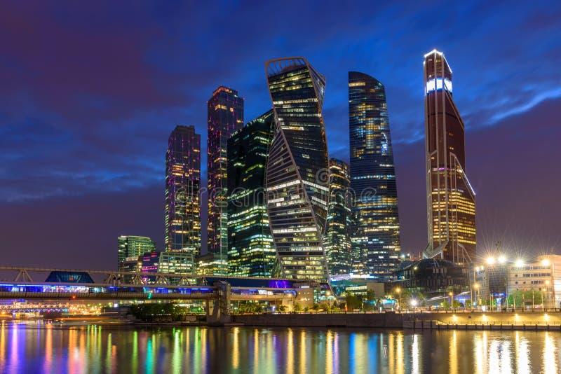 商业区的夜视图在莫斯科-莫斯科国际商务中心'莫斯科城市' 库存照片