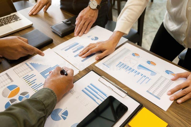 商业开始 小组在现代工作场所的年轻创建者会议 库存图片