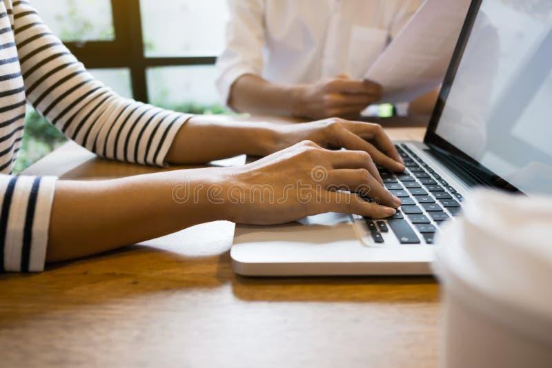 商业开始 年轻行政创建者队在咖啡馆或现代办公室 免版税库存照片