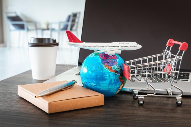 商业投资和财政贸易的创造性的概念,与飞机模型的销售的电子商务战略,全球性和微型 免版税库存照片