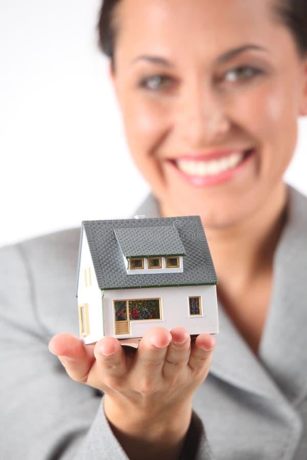 商业拿着房子模型妇女 免版税库存照片