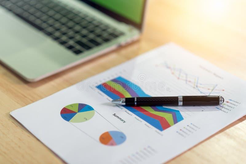 商业文件纸、财政统计报告图表和图在办公室 免版税库存图片