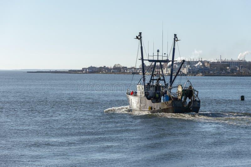 商业渔船美国反射的冬天早晨太阳 免版税库存图片