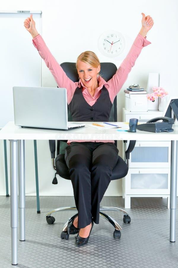 商业激发她的欣喜成功妇女 免版税库存照片
