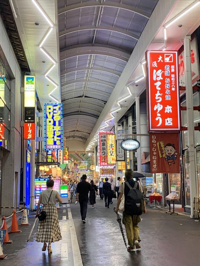 商业画廊在大阪,日本 轻的横幅 免版税库存图片