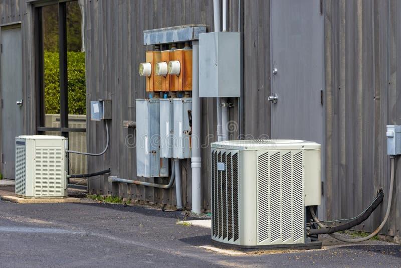 商业空调和电子箱子在老办公全套设备之外 免版税库存照片
