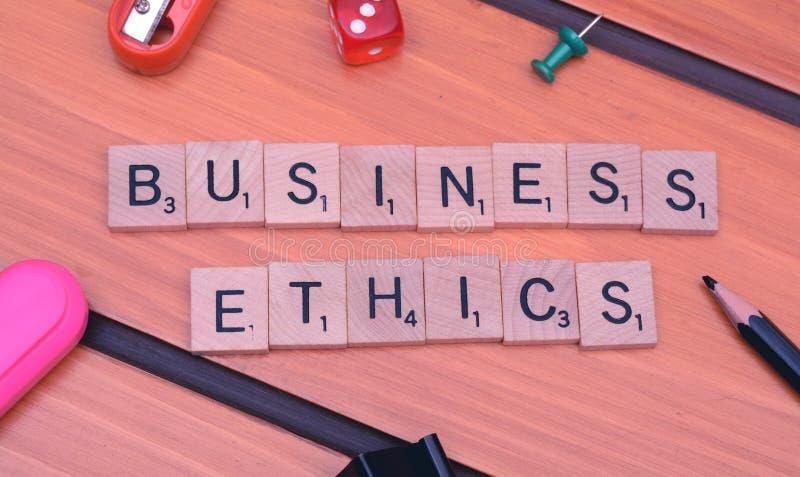 商业道德在木桌上的字组题材 库存照片