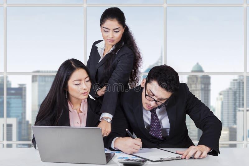 商业领袖主角她的工作者在办公室 库存照片