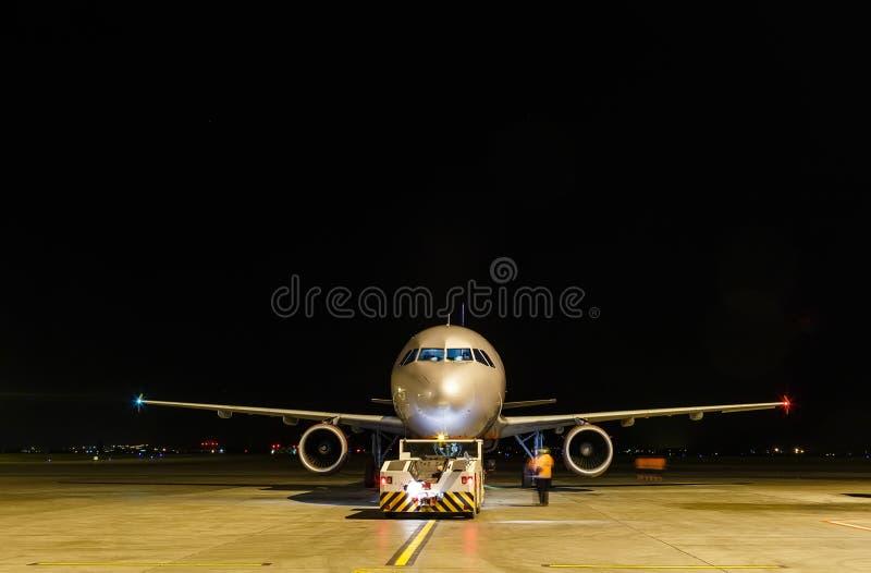商业飞机在晚上 正面图,黑拷贝浆糊从上面 免版税图库摄影