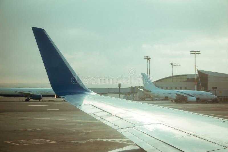 商业飞机翼和其他商业飞机临近ter 免版税库存照片