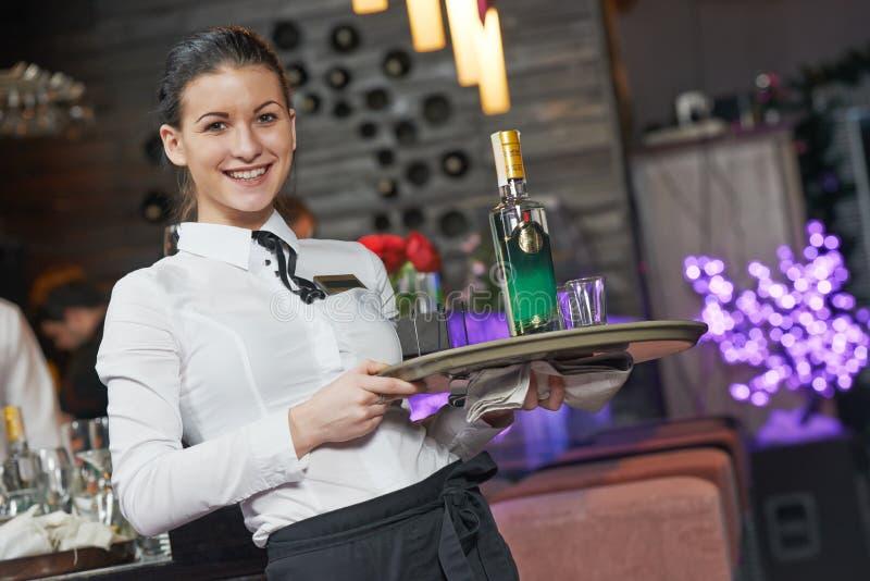 商业餐馆的女服务员女孩 库存图片