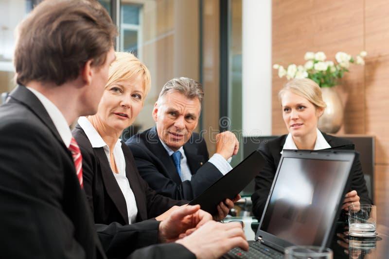 商业-小组会议在办公室 免版税库存照片