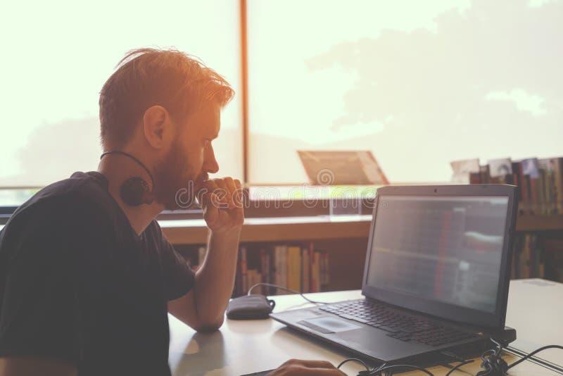 商业他的膝上型计算机人运作的年轻人 免版税库存照片