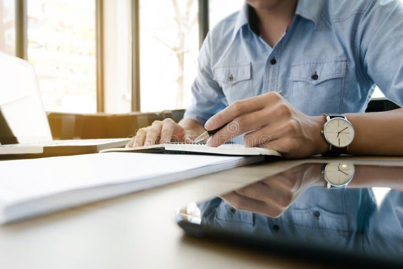 年轻商业主管工作在笔记本的现代办公室 免版税库存图片