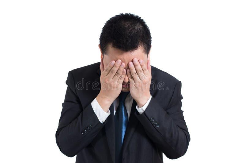 商人下注重与在白色背景隔绝的头疼 休息他的头的失望的阴沉的年轻人 免版税图库摄影