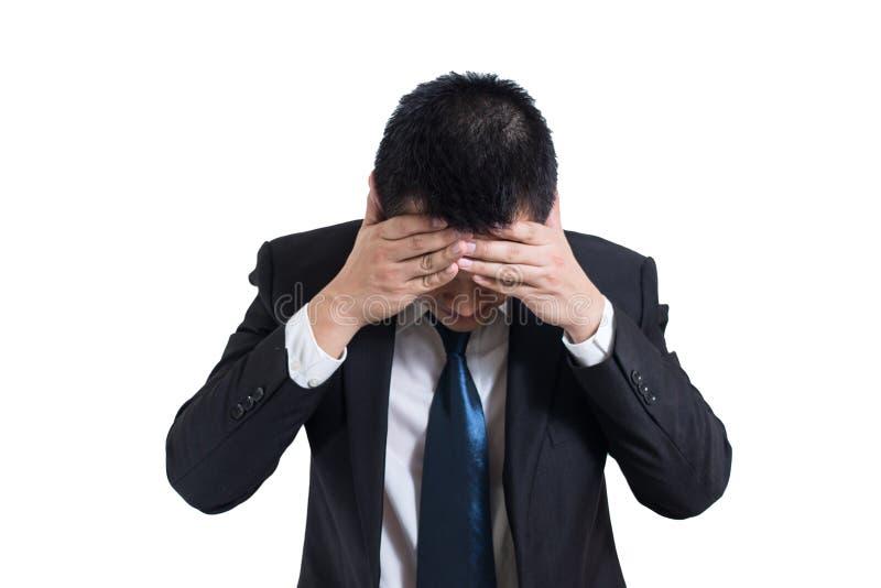 商人下注重与在白色背景隔绝的头疼 在手边休息他的头的失望的阴沉的年轻人 免版税库存照片