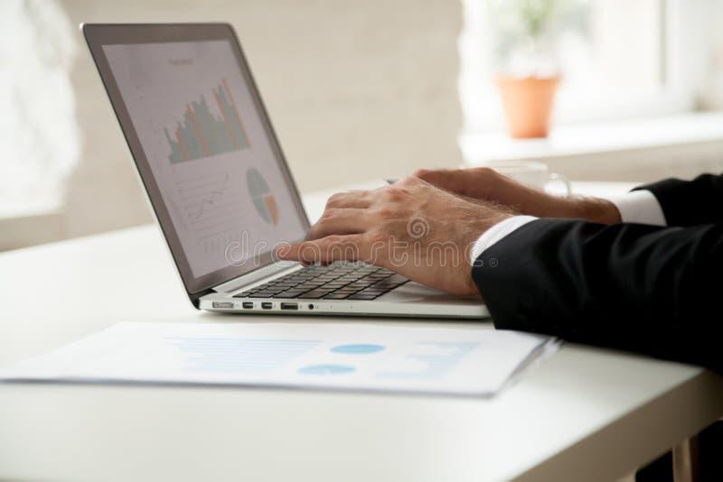 商人与分析图表的项目统计一起使用  免版税库存照片