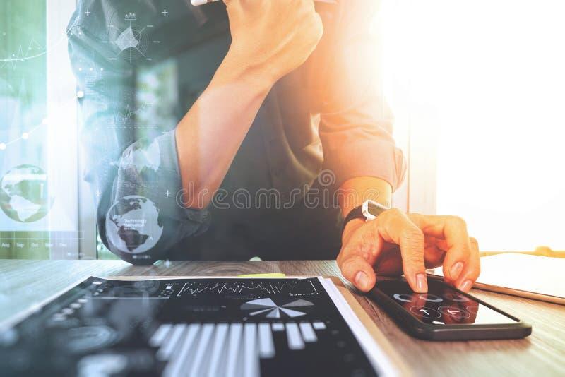 商人与数字式片剂计算机和巧妙的电话一起使用 免版税库存图片