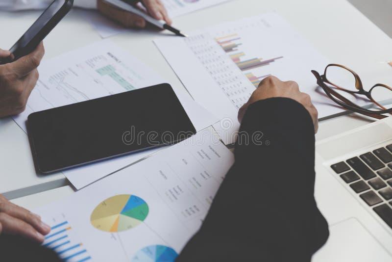 商人与文件、智能手机和数字式片剂一起使用 库存图片