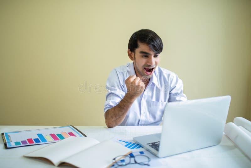 商人与膝上型计算机和文件一起使用 库存照片
