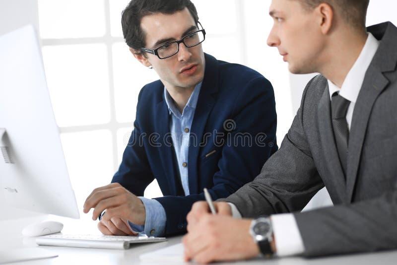 商人与计算机一起使用在现代办公室 男性企业家或公司经理特写工作场所的 库存照片