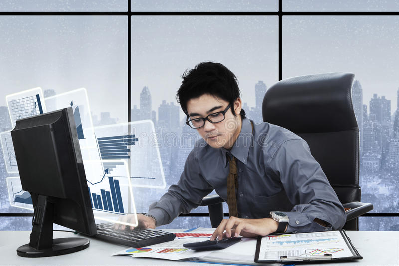 商人与计算机和计算器一起使用 库存图片