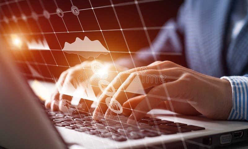 商人与财务数据一起使用 库存图片