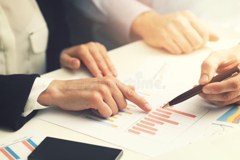 商人与财政报告数据分析一起使用 免版税库存照片