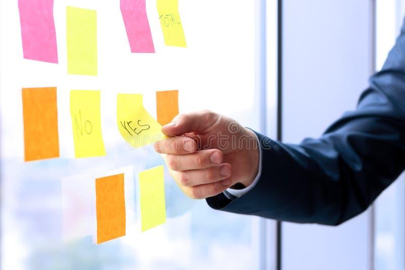 商人与贴纸一起使用在办公室 库存照片