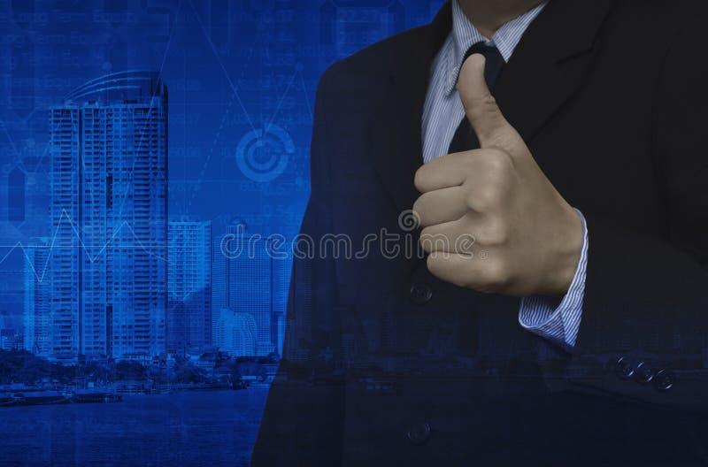 商人两次曝光与赞许的在城市和图表 库存照片