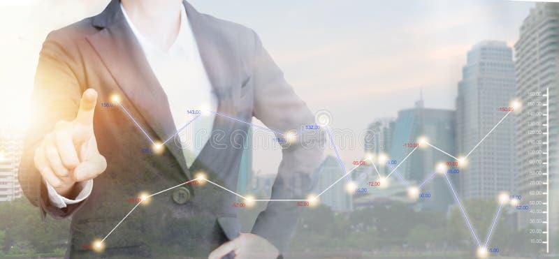 商人两次曝光有图表的在现代城市 免版税库存图片