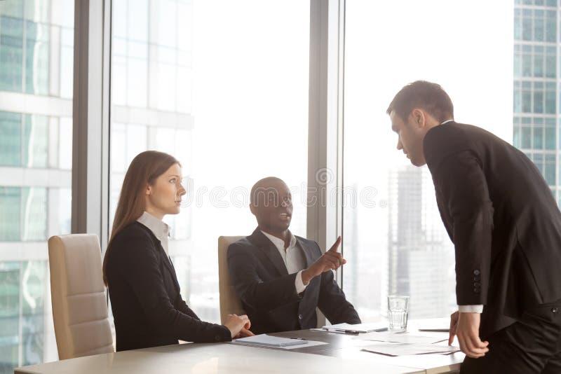 商人争论与不同种族的伙伴 免版税库存图片
