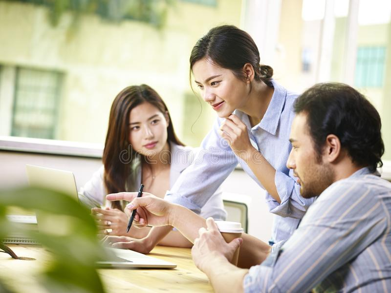 商人亚洲队在办公室的 免版税库存照片