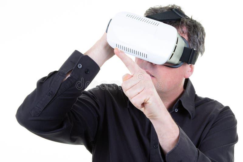 商人享用与在白色背景隔绝的虚拟现实玻璃 库存图片