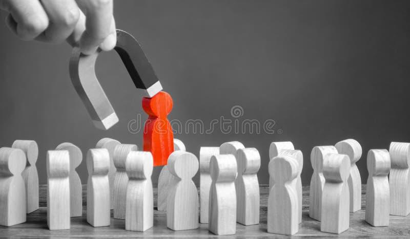 商人从与磁铁的灰色人群拔出红色形象  增加队效率,生产力 领导处理 免版税库存照片