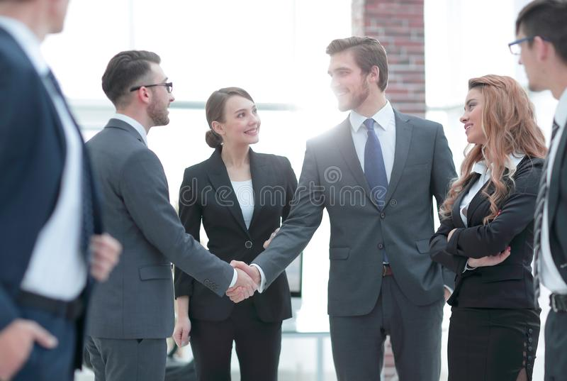 商人企业握手在办公室 图库摄影