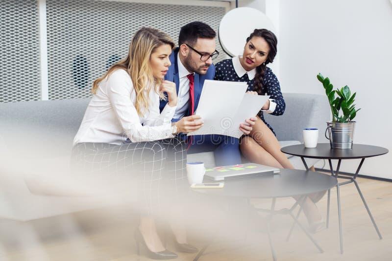 商人会议在现代会议室里 免版税图库摄影