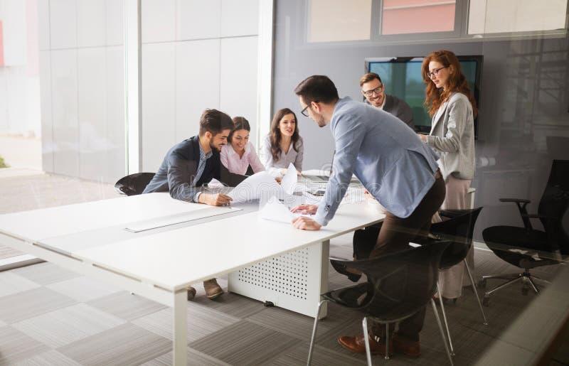 商人会议在现代会议室 免版税库存图片