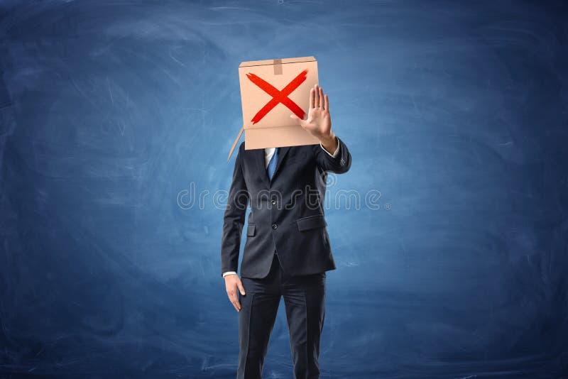 商人佩带有拉长的红十字标志的纸板箱 免版税库存照片