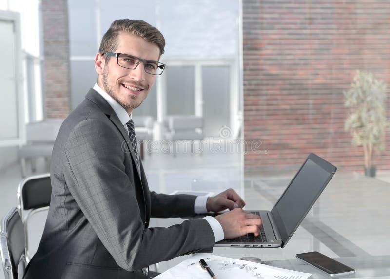 商人使用一台膝上型计算机与财务数据一起使用 免版税库存图片