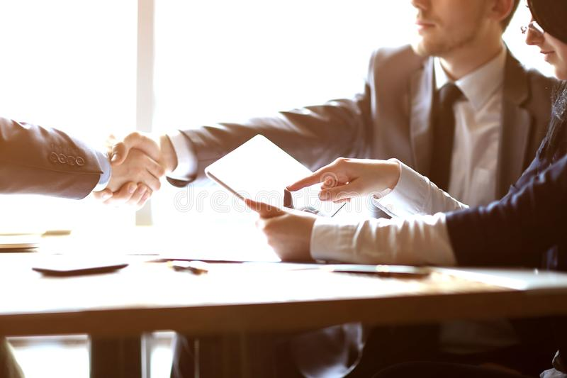 商人使用一种数字片剂在业务会议上 免版税库存图片