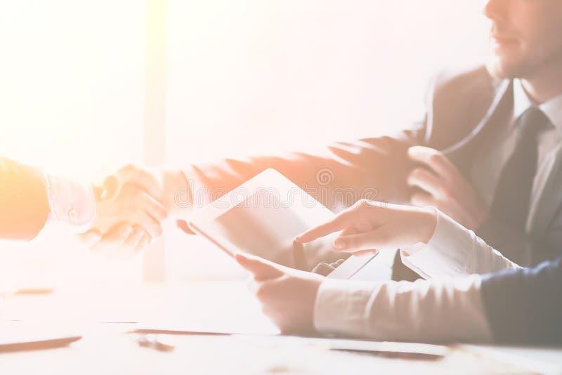 商人使用一种数字片剂在业务会议上 库存照片