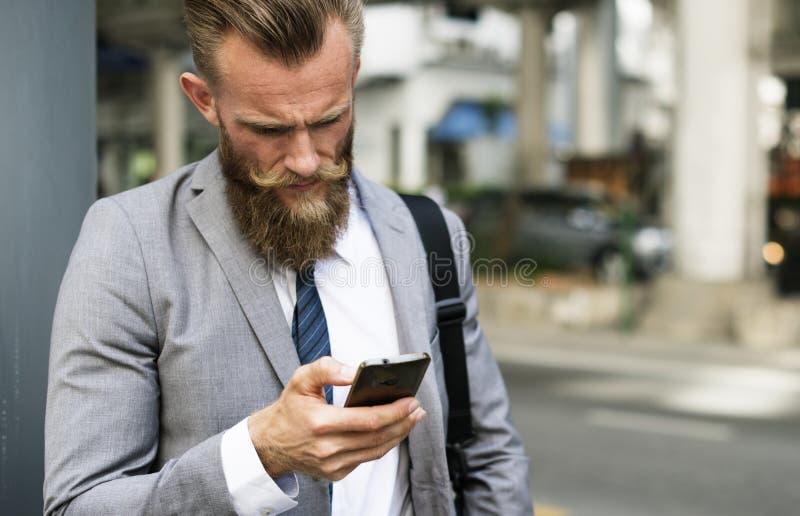 商人使用手机户外 免版税库存图片