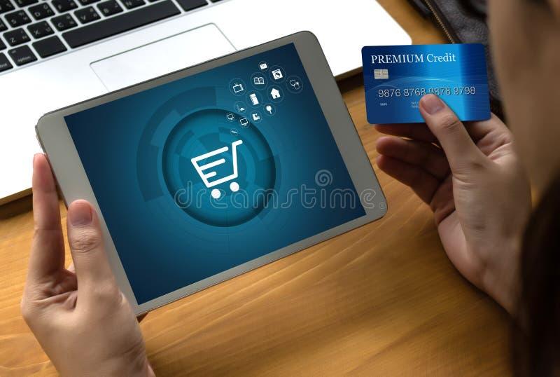 商人使用技术电子商务互联网全球性Marketi 免版税库存照片