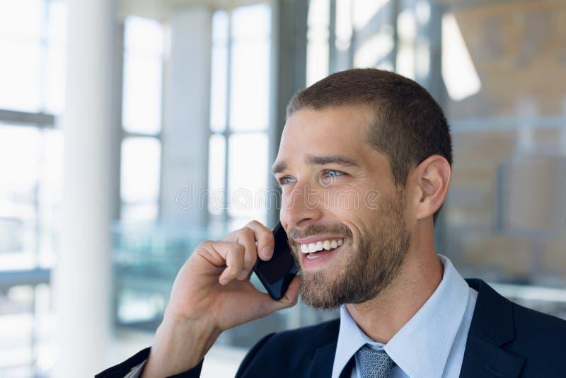 商人使用智能手机 免版税库存图片