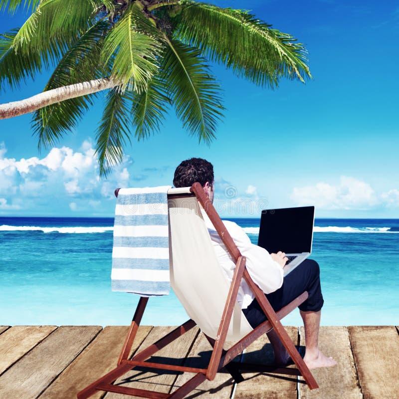 商人假日运作的商务旅游海滩概念 免版税库存图片